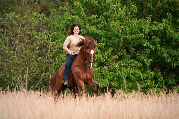 RossFoto Dana Krimmling Pferdefotografie Wanderreiten Jagdreiten Polo Pferdeportrait Frau und Pferd