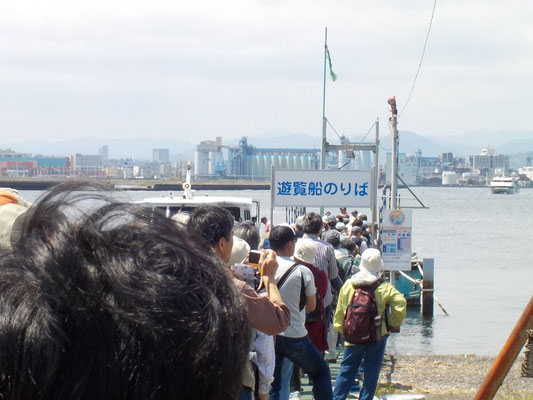 三保から日の出埠頭まで遊覧船に乗ります。
