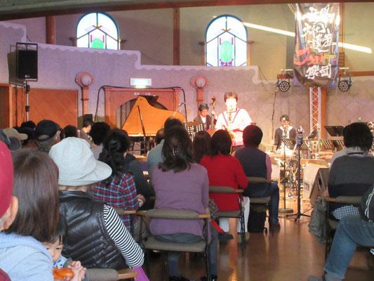 円形ホールではジャズライブ開催中。