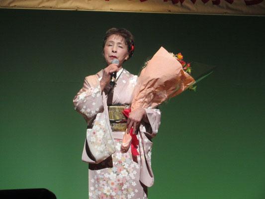 最後のステージで歌う島育子。