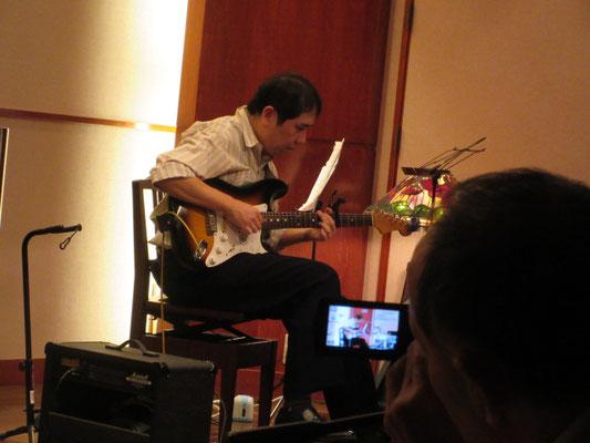 クラシックギターのように繊細な演奏でしたが、自前のPA調子悪くてお気の毒。