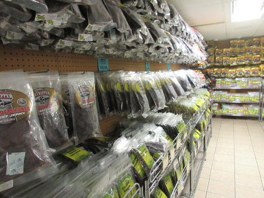 ビーフジャーキー専門店、、、、日本の有名なお菓子や乾きものも。