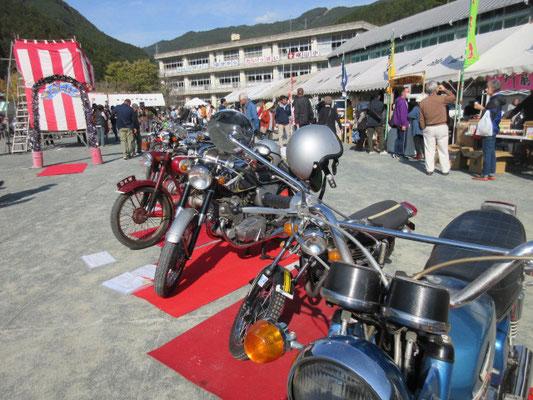 なつかしのバイク展示とエンジン音披露。