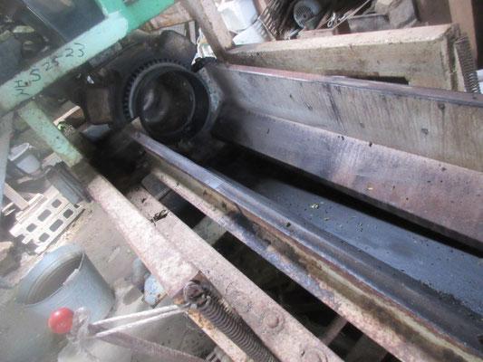 蒸し機へ蒸気を通し、機械が熱いうちに掃除して乾かします。