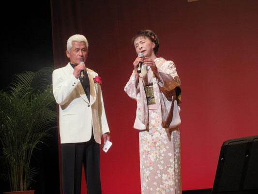 「ふたりの相合傘」を歌う島 育子と田口徳男。
