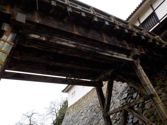 廊下橋から天秤櫓へ続く。