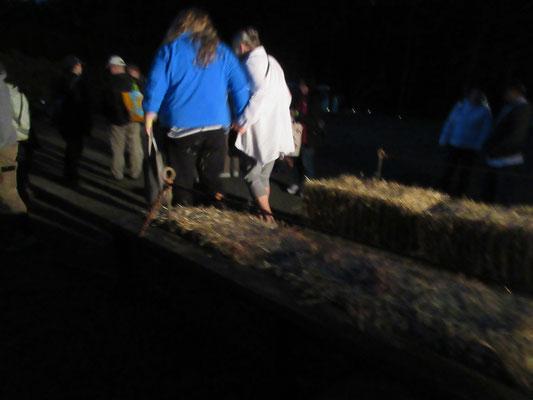 駐車場からイベント会場のブドウ畑へはトラックの荷台