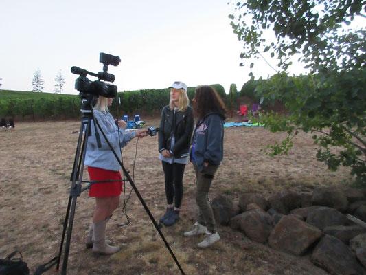 仲間がテレビ局のインタビューを受けました