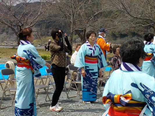 天竜民謡会の手踊り 一般の人達も一緒に。