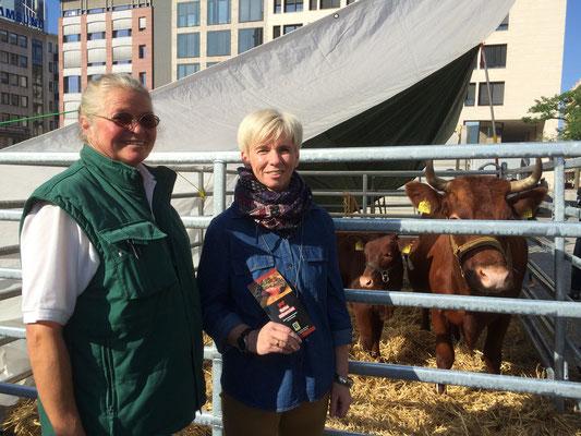 Astrid Steinhoff mit Frau Wardenga vom Edeka-Markt Idstein