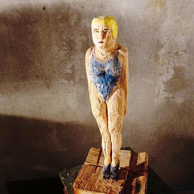 arte figura | Stay Alone (Holzfigur) | Lindenholz aus einem Block gefertigt, 60 cm hoch inkl. Block