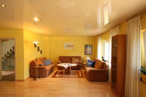 warmer glönzender Wohnraum