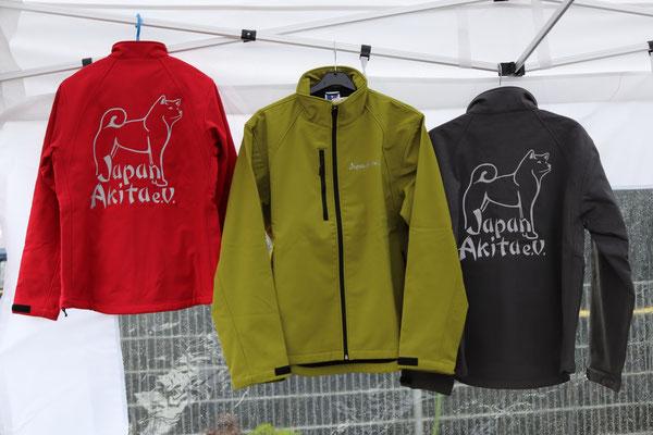 Softshelljacke mit reflektierendem JA-Logo-Aufdruck auf dem Rücken und Schriftzug vorne links; Farbe rot und titaniumgrau (siehe Foto), sowie schwarz, azurblau, dunkelblau (navy) und flaschengrün; 80,-€