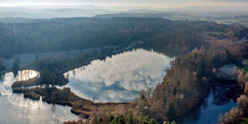 Spiegelung der Wolken im grössten See.