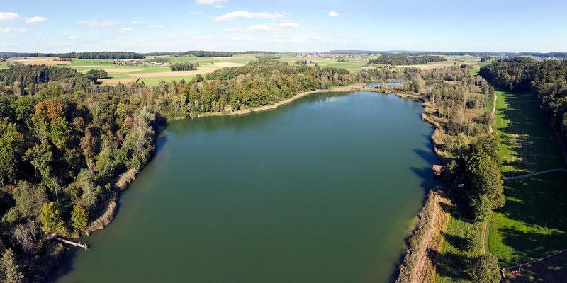 Der rund 400 Meter lange Hauptteil des Husemersees aus WSW. Unten rechts befindet sich die Liegewiese beim Badeteil des Sees.