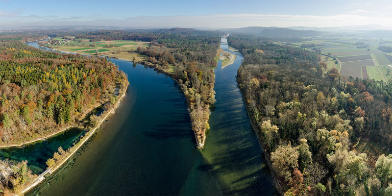 Einmündung in den Rhein bei ruhigem Herbstwetter