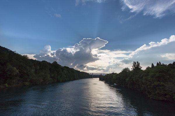 Eine Cumulonimbuswolke verdeckt die Abendsonne