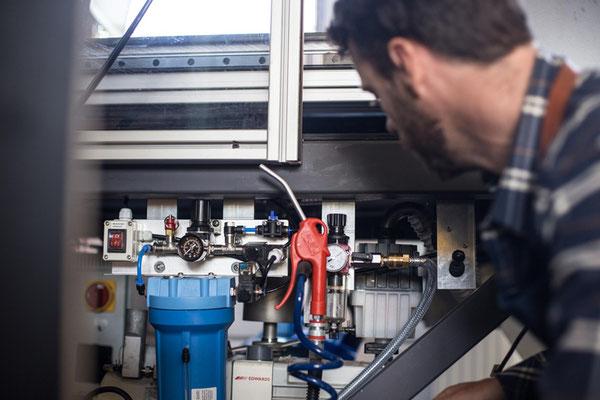 CNC-Fräse mit technischen Details: Mindermengenschmierung & Vakuumpumpe