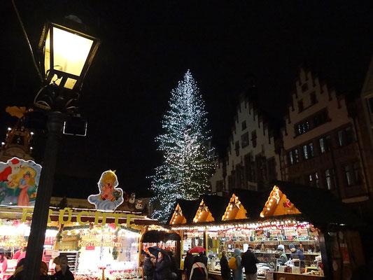 Frankfurt - Weihnachtsmarkt am Römer im Regen by Ralf Mayer