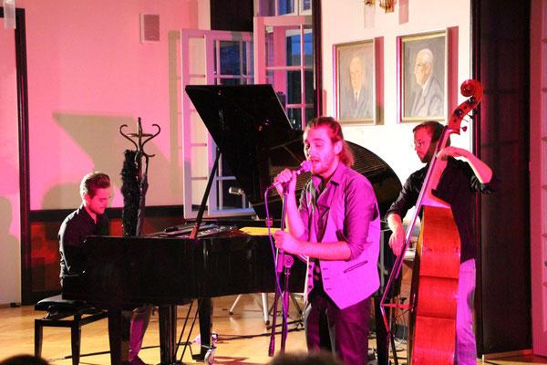 Egal ob dezent im Hintergrund oder auf der großen Bühne, die Jazzband aus der Steiermark trifft immer den richtigen Ton! Sänger und Trompeter Tristan Bauer leitet humorvoll durch das umfangreiche Programm der Jazzband.