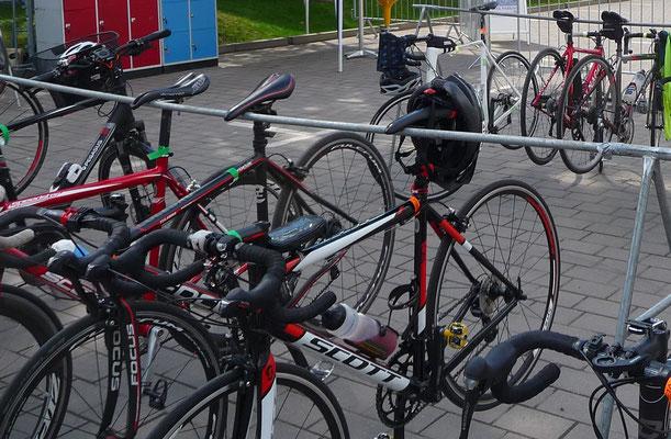Hängesystem für Rennräder - Räder hängen am Sattel