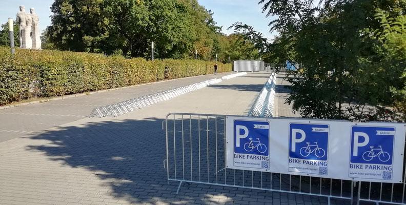 Gebrandeter Parkplatz mit Bodenfahrradständern