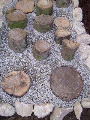 Kies und Holz...finde heraus,was dir besser gefällt...