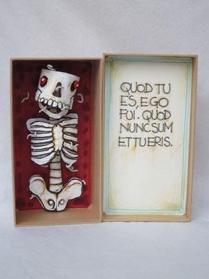 MEMENTO MORI  (scultura da viaggio) - 2012 - imballaggi di recupero - 16x8x8