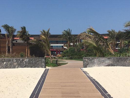 Hilton Hotel auf Sal. Strandzugang. (C) Bubig & Neumann Kreativ-Verlag GbR.