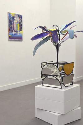 "Alexander Skorobogatov ""Behind the emptiness"", Metall, Silikon, Pigment, Farbe, Spiegel, 90x75x75 cm, 2021. Matthias Moravek ""Forêt"", Öl /Lack auf Leinen 65x55 cm, 2020"