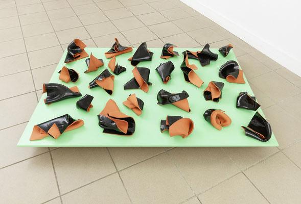 Gabriele Künne, Schwarze Würfe, 2011/2014, Keramik glasiert, MDF, Lack, 36 x 105 x 70 cm