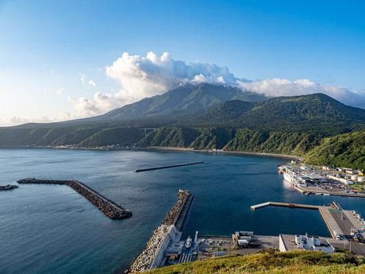 ペシ岬頂上から 利尻富士と鴛泊港