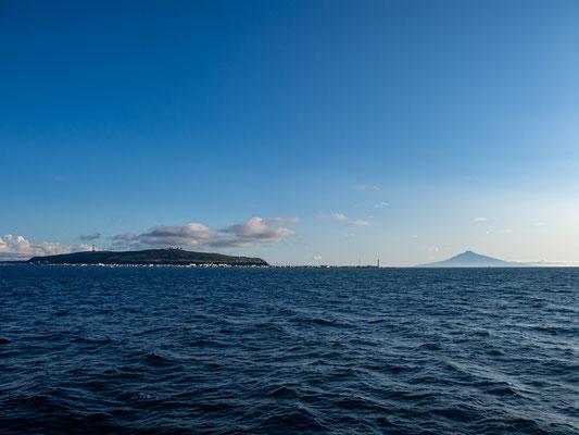 フェリーから望む稚内半島と利尻富士