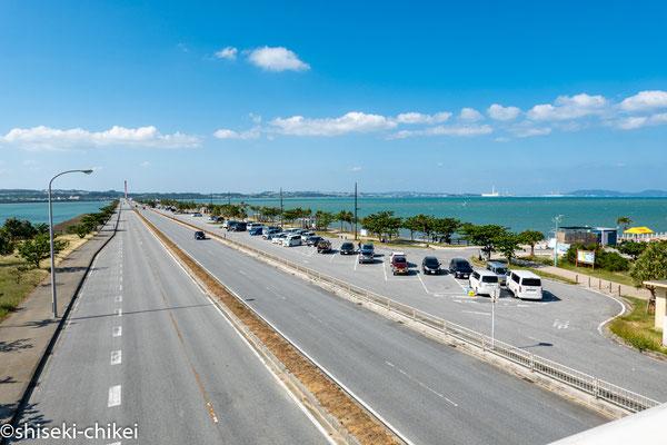 海の駅あやかし館前の歩道橋から海中道路を撮影