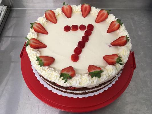 Leckere Torten mit frischen Erdbeeren zum Geburtstag