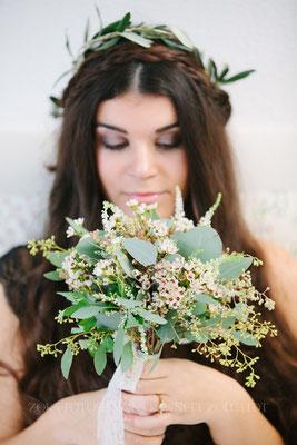 Zarter, kleiner Brautstrauss aus Waxflower und Eucalyptus Foto: ZoKa-Weddings|Hochzeitsfotografen|Annett Zollfeld