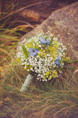 leichter Sommerstrauss mit Schleierkraut und Nigella  | Foto:  Julie Schönewolf Fotografie