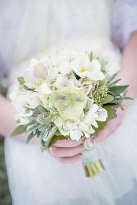 winterlicher Brautstrauss mit Christrosen, Disteln und Anemonen   | Foto: Julie Schönewolf Fotografie