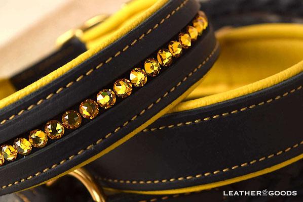 Hundehalsband FLASH ME + DAILY - Fettleder in Schwarz, Nappaleder in Gelb, Naht in Gelb, SWAROVSKI ® Steine in Sunflower, Beschläge in Messing