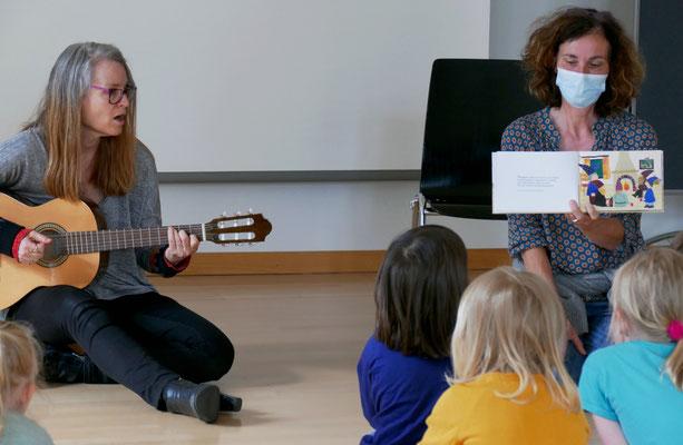 Bettina Boller an der Gitarre