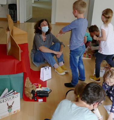 Catherine Etter (kulturzyt und Baeschlin) beim Basteln mit den Kindern
