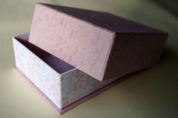 貼箱に底板が付いた変形の箱、内と外を色違いのツートンにして高級感を演出します