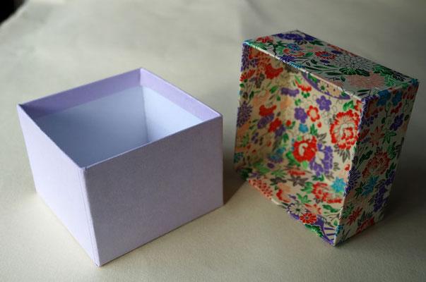 貼箱の内側にも千代紙や和紙を貼る事でさらに高級感のある印象を与えます