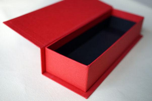 商品の高級感を演出するブック型の貼箱は別注にて対応可能です