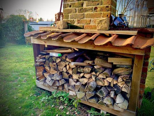 auf der Rückseite schnell noch ne Ablage fürs Holz