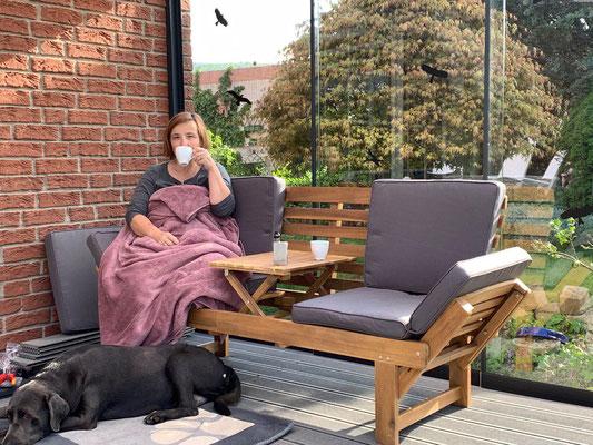 1. Kaffee draußen in der neuen Überdachung