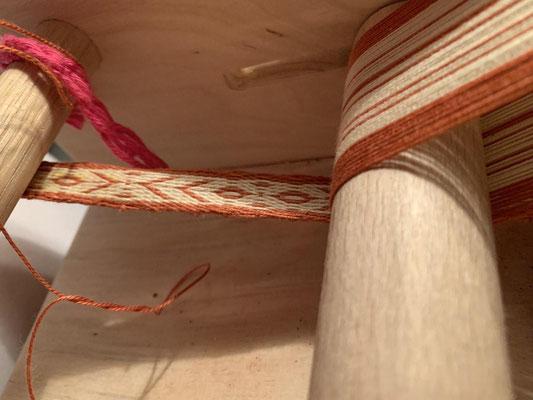12 Brettchen a 4 Fäden je 5 Meter lang, sind ... Richtig <-> 240 Meter Faden die verwebt werden wollen.