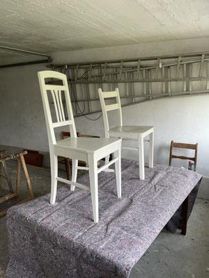 jetzt die gesammelten alten Stühle noch restaurieren