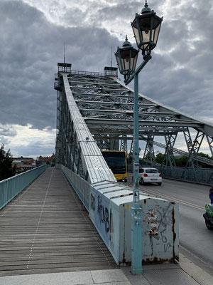 In der Entstehungszeit war die Brücke eine der ersten dieser Spannweite aus Metall, die keine Strompfeiler im überspannten Fluss benötigte – unter anderem deshalb wurde sie als Wunder bezeichnet.
