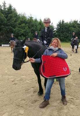 Siegerin des Reiter WB Schritt-Trab Smilla Marie Bock auf Samira vom RV Bad Wildungen. Gesponsert wurde diese Prüfung von Mühldorfer Nutrition AG & EWF. Als Ehrenpreis gab es eine Schabracke.